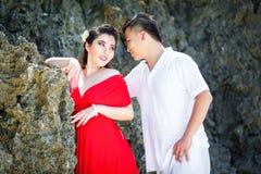 Asiatiska par på en tropisk strand Gifta sig och bröllopsresabegrepp Royaltyfri Fotografi