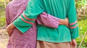 Asiatiska par på känslaförälskelse arkivbild