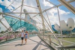 Asiatiska par på spiralbron i Marina Bay, Singapore Royaltyfri Bild