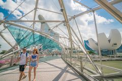 Asiatiska par på spiralbron i Marina Bay, Singapore Fotografering för Bildbyråer
