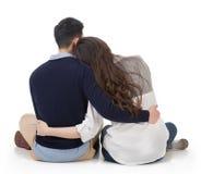Asiatiska par sitter på jordning Arkivbild