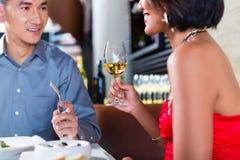 Asiatiska par som äter middag fint i restaurang Royaltyfria Bilder
