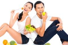 Asiatiska par som äter salladfrukt Royaltyfri Bild