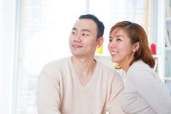 Asiatiska par som bort ser Royaltyfria Bilder
