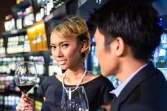 Asiatiska par som dricker rött vin Arkivbilder