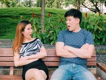 Asiatiska par som har disgreement - förälskelse och förhållandet kämpar Fotografering för Bildbyråer
