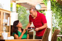 Asiatiska par som har kaffe i vardagsrum Fotografering för Bildbyråer