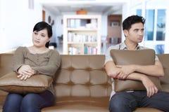 Asiatiska par som har problem i förbindelse Fotografering för Bildbyråer