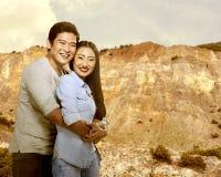Asiatiska par som kramar med kanjonen Royaltyfri Bild