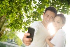 Asiatiska par som tar fotografier Fotografering för Bildbyråer