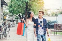 Asiatiska par som tycker om romanska utgiftershoppingpåsar, danar sho Arkivbild