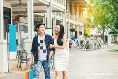 Asiatiska par som tycker om romanska utgiftershoppingpåsar, danar sho Royaltyfri Fotografi