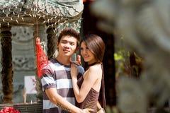 asiatiska par som tycker om siktsbarn Arkivfoto