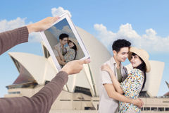 Asiatiska par tar bilden på Sydney Opera House Arkivfoto