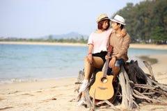 Asiatiska par vid havet i phuket royaltyfria foton