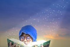 Asiatiska pojkar, tycker om att läsa och fantasin royaltyfria foton