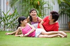 asiatiska roliga flickor som har henne mom fotografering för bildbyråer