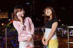 Asiatiska shoppare på natten i stad royaltyfri bild