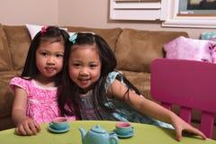 Asiatiska små barn som spelar och kramar Arkivfoto