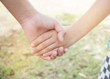 Asiatiska små flickor som rymmer händer, kopplar ihop tillsammans showen Relationsh Royaltyfri Bild