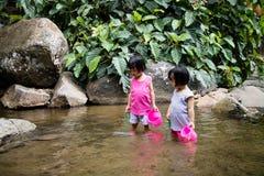 Asiatiska små kinesiska flickor som spelar i liten vik Royaltyfria Bilder