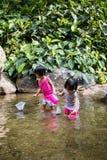 Asiatiska små kinesiska flickor som spelar i liten vik Royaltyfri Bild