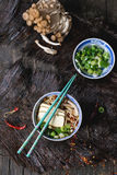 Asiatiska sopparamen med fetaost Arkivbild