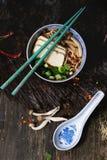 Asiatiska sopparamen med fetaost Arkivbilder