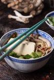 Asiatiska sopparamen med fetaost Arkivfoton