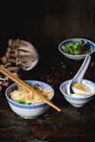 Asiatiska sopparamen med fetaost Arkivfoto