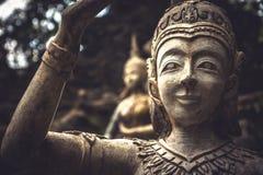 Asiatiska stenskulpturer av folk som symboliserar traditionell kultur av Thailand och buddism fotografering för bildbyråer