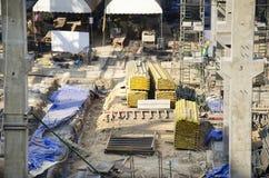Asiatiska thai arbetare och arbetande byggmästarenybygge för tungt maskineri på höghus för konstruktionsplats i Bangkok, Thailand royaltyfria foton