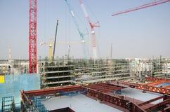 Asiatiska thai arbetare och arbetande byggmästarenybygge för tungt maskineri på höghus för konstruktionsplats i Bangkok, Thailand royaltyfri foto