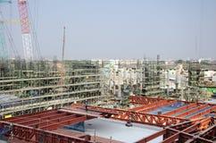 Asiatiska thai arbetare och arbetande byggmästarenybygge för tungt maskineri på höghus för konstruktionsplats i Bangkok, Thailand arkivbild