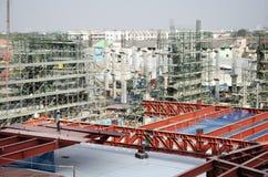 Asiatiska thai arbetare och arbetande byggmästarenybygge för tungt maskineri på höghus för konstruktionsplats i Bangkok, Thailand royaltyfri bild