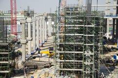 Asiatiska thai arbetare och arbetande byggmästarenybygge för tungt maskineri på höghus för konstruktionsplats i Bangkok, Thailand royaltyfria bilder
