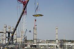 Asiatiska thai arbetare och arbetande byggmästarenybygge för tungt maskineri på höghus för konstruktionsplats i Bangkok, Thailand royaltyfri fotografi