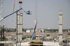 Asiatiska thai arbetare och arbetande byggmästarenybygge för tungt maskineri på höghus för konstruktionsplats i Bangkok, Thailand arkivbilder