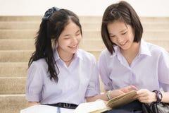 Asiatiska thailändska höga skolflickastudentpar, i att studera för skola Arkivfoton