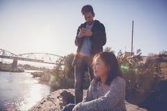 Asiatiska tonåringar 15-16 gamla år meddelar och har gyckel mot Royaltyfria Bilder