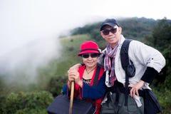 Asiatiska trekkers man och kvinna parkerar utomhus arkivbild