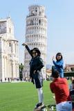 Asiatiska turister tar bilder av det lutande tornet av Pisa Royaltyfri Fotografi