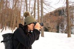 Asiatiska turistflickor tar fotoet på snö Fotografering för Bildbyråer