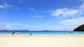 Asiatiska turiststrandflickor på stranden Arkivbild