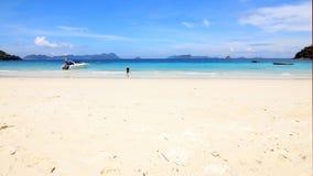Asiatiska turiststrandflickor på stranden Royaltyfri Foto