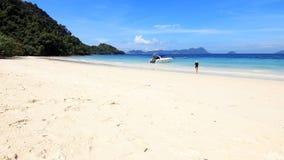 Asiatiska turiststrandflickor på stranden Arkivfoton