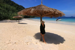 Asiatiska turiststrandflickor på stranden Arkivfoto
