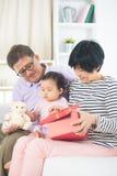 Asiatiska tusen dollarföräldrar med storslagen daugther Arkivfoton