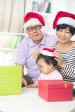 Asiatiska tusen dollarföräldrar med storslagen daugther Royaltyfri Bild