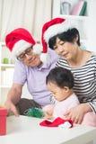 Asiatiska tusen dollarföräldrar med storslagen daugther Royaltyfri Fotografi